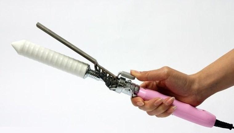 thủ dâm bằng máy uốn tóc